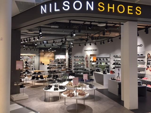 b7d81789cfd Från de klassiska modellerna till de allra senaste – via sporten, förstås.  Med priser från högt till lågt. Är du modeintresserad så har Nilson Shoes  ...